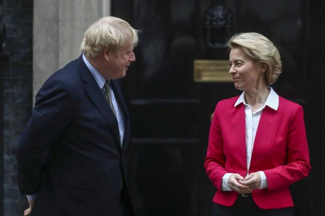 © Bloomberg. Boris Johnson, U.K. prime minster, left, greets Ursula von der Leyen, president of the European Commission, on the steps of number 10 Downing Street in London, U.K., on Wednesday, Jan. 8, 2020. Johnson will tell Von der Leyen that his government is only interested in negotiating a free trade agreement with its largest market, and that he's determined to achieve it by the end of the year. Photographer: Simon Dawson/Bloomberg