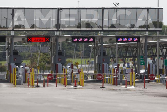 © Bloomberg. Closed entry lanes at the Canada-U.S. border in Saint-Bernard-de-Lacolle, Quebec, Canada, on Wednesday, Sept. 16, 2020. The U.S. and Canada will extend restrictions on travel across the border until at least Oct. 21, CBC News reported, citing a person with direct knowledge of the situation. Photographer: Christinne Muschi/Bloomberg