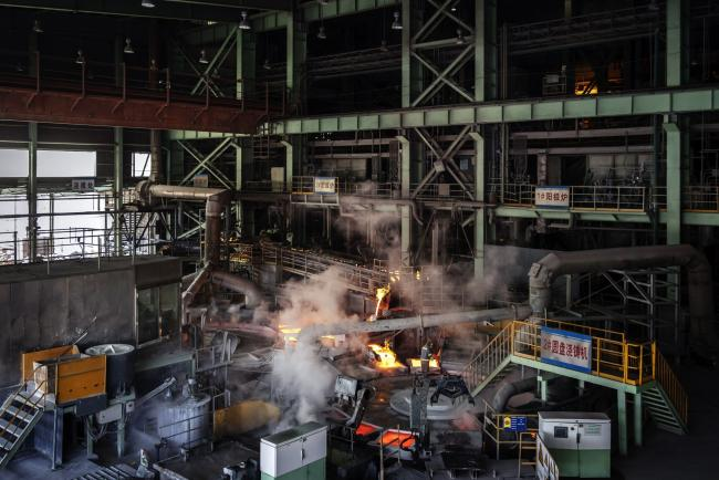 © Bloomberg. Molten copper flows onto cooling plates at the Jinguan Copper smelter, operated by Tongling Nonferrous Metals Group Co., in Tongling, Anhui province, China, on Thursday, Jan. 17, 2019. On the heels of record refined copper output last year, China's No. 2 producer, Tongling, says it'll defy economic gloom and strive to churn out even more of the metal in 2019. Photographer: Qilai Shen/Bloomberg