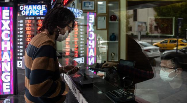 Turkish Lira Bucks EM Gains as Locals Use Rally to Buy Dollars