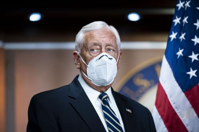 © Bloomberg. House Majority Leader Steny Hoyer, a Democrat from Maryland, wears a protective mask during a news conference at the U.S. Capitol in Washington, D.C., U.S., on Wednesday, Nov. 18, 2020. House Democrats voted to stick with Nancy Pelosi as their leader and nominee for speaker, placing confidence in her to unite a fractious caucus despite surprise losses in this month's election that have emboldened congressional Republicans.